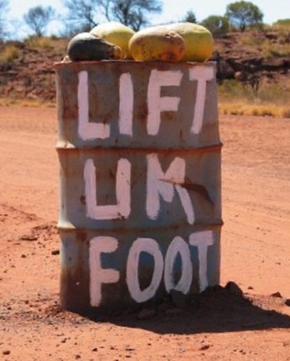 Thay vì đặt một tấm biển yêu cầu đi chậm thì người dân Mereenie dựng lên một chiếc thùng nhắc nhở tài xế nhả chân ga tại cung đường Mereenie Loop, một vùng đất đỏ nằm giữa núi Uluru và thị trấn Alice Springs.