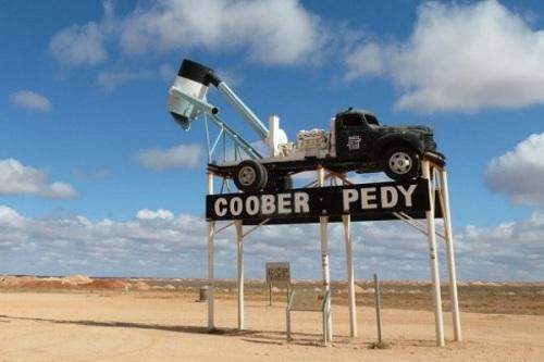 Tại thị trấn Coober Pedy thuộc miền Nam nước Úc, người ta dựng lên một biển báo làm từ một chiếc xe tải gắn chặt trên những chiếc cột cao có thể được nhìn thấy từ hàng dặm xa. Do hầu như cư dân đều sống trong những căn nhà ngầm dưới mặt đất nên người ngoài khó tìm thấy chính xác vị trí của Coober Pedy.
