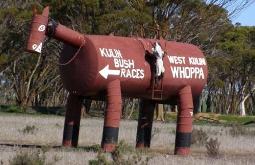 Những chú ngựa làm từ thiếc này được đặt rất nhiều dọc theo đường cao tốc Tin Horse , đúng theo tên gọi của những chú ngựa mô hình này. Có tới hơn 70 mô hình chạy dài hai bên con đường 20 km thuộc thị trấn Kulin, miền Tây Nam nước Úc