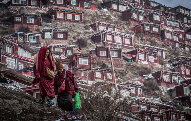 Ngôi làng của 40.000 nhà sư và ni cô