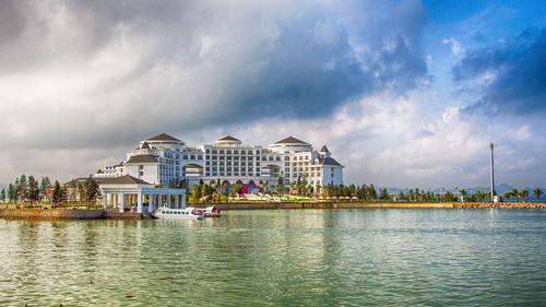 Vinpearl Hạ Long Bay Resort có địa thế độc đáo, tọa lạc trên đảo Rều với tầm nhìn 360 độ hướng ra Vịnh Hạ Long. Sự kiện khai trương Vinpearl Hạ Long Bay Resort cũng đánh dấu lần đầu Bắc tiến của thương hiệu Vinpearl.