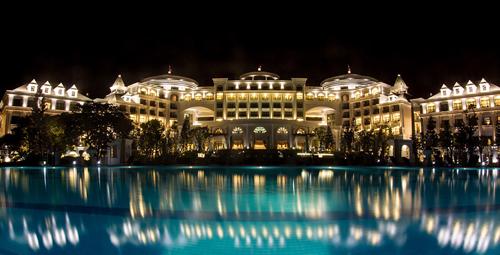 Nơi đây có tổng diện tích xây dựng 47.000m2, gồm 384 phòng khách sạn, có 4 mặt hướng biển, với thiết kế theo phong cách tân cổ điển nguy nga lộng lẫy, khác biệt so với kiến trúc quen thuộc của toàn hệ thống.
