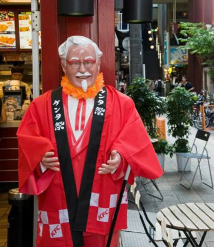 KFC vào đêm Giáng sinh Mặc dù nó không phải là một ngày lễ quốc gia, và chỉ có một phần trăm của dân số đang thực hành Kitô hữu, Giáng sinh được tổ chức bởi một số lượng lớn của người dân Nhật Bản. Cửa hàng Kentucky Fried Chicken đã trở thành phổ biến trong số người nước ngoài tại Nhật Bản như họ thường không thể tìm thấy một con gà hoặc gà tây toàn bộ các nơi khác trong mùa lễ hội. Các chuỗi thức ăn nhanh thu giữ khi xu hướng này với một chiến dịch tiếp thị rất thành công trong những năm 1970 và bây giờ là một chuyến đi đến KFC là một truyền thống Giáng sinh tại Nhật Bản. Chuỗi thậm chí còn gợi cho khách hàng trong nước đặt hàng lên đến hai tháng trước để đáp ứng nhu cầu.