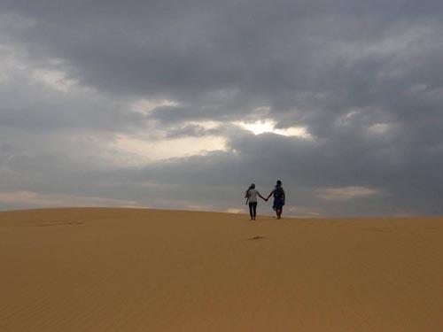 Những dãi cát vàng óng ánh luôn thu hút đông đảo du khách.