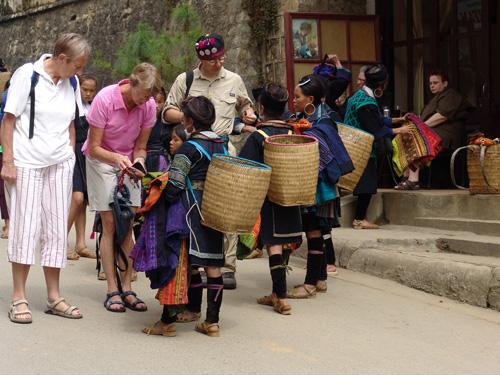 Nạn chèo kéo, đeo bám ở Sa Pa khiến du khách khó chịu