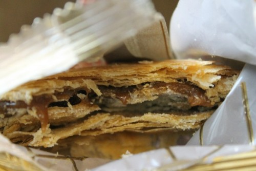 Taichung route, travelers should visit the streets Ziyou, Zhongzheng and Minquan to enjoy God's shalom pie face a thin pancake with crispy outer layer of flour, stuffed with people inside including wheat flour, honey and Taro.