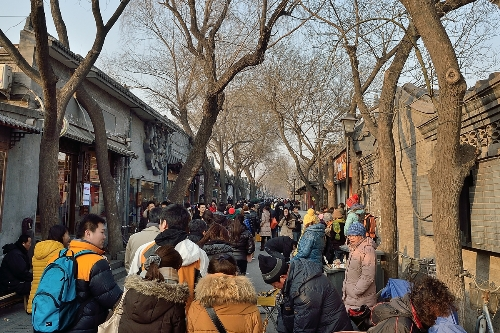 Nanluogoxiang is one of the busiest tourist street in Beijing with many bars, coffee, snacks and souvenirs. Photo: beijingrelocation