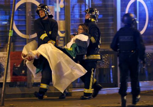 Người bị thương được đưa đi cấp cứu ngoài nhà hát Bataclan, nơi một buổi trình diễn nhạc rock đã diễn ra.