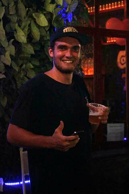 Nụ cười rạng ngời của một khách du lịch nước ngoài khi thưởng thức bia ở khách sạn Ha Noi backpacker hostel