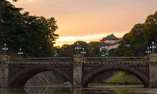 1. Cung điện hoàng gia Cung điện hoàng gia ngày nay từng là vị trí của thành Edo xưa. Phần lớn khu vực cung điện không mở cửa cho khách du lịch. Tuy nhiên, nếu du khách muốn ghé thăm bên trong cung điện, cách dễ dàng nhất là đặt thông qua các công ty tour và thường bạn nên đặt trước ít nhất một tháng.