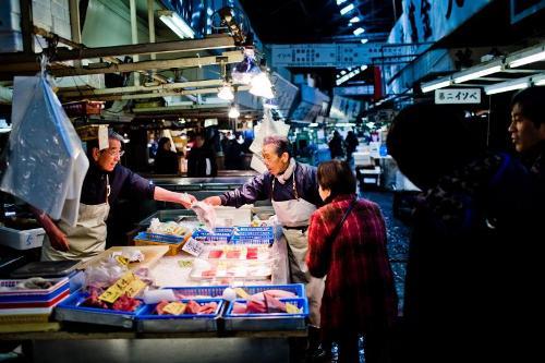 Đi chợ cá vào buổi sáng sớm, bạn sẽ có cơ hội được xem một buổi đấu giá cá ngư. Ngoài ra, khu chợ tràn ngập những loài sinh vật biển kì lạ mà du khách có thể chưa từng thấy bao giờ.