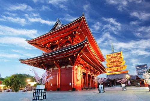 Tokyo là thành phố pha trộn giữa nét truyền thống và hiện đại. Do đó, không khó cho du khách để tìm những ngôi chùa cổ kính, với nét kiến trúc đặc trưng của Nhật Bản. Nổi bật trong những ngôi chùa tại Tokyo mà du khách nên ghé qua là chùa Senso-ji, có tuổi đời từ năm 645.
