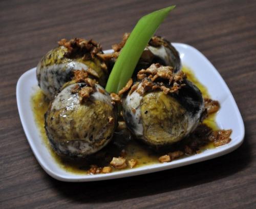 Nhắc tới ẩm thực Manila, sẽ là thiếu sót lớn nếu bỏ qua món Balut. Món trứng vịt lộn này là đồ ăn sáng phổ biến của người dân Philippines. Vịt con được ấp khoảng 3 tuần tuổi trước khi được luộc chín. Khi ăn, thực khách có thể thấy cả vịt con với gần đầy đủ lông và mỏ. Ảnh: blauearth