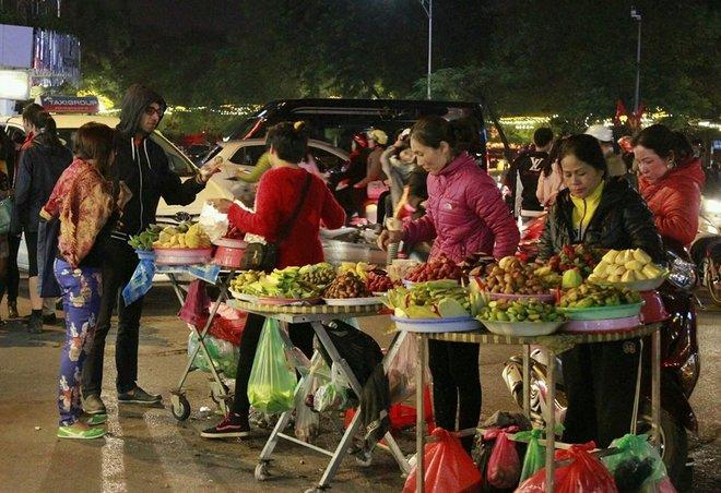 Khách Tây thích thú mua sắm ở chợ đêm phố cổ Hà Nội