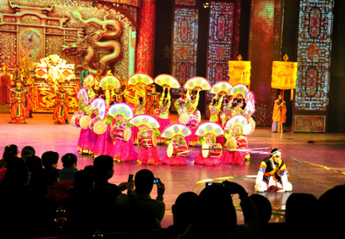 Song into a true show the elaborate, spectacular starring giant number. Photo: Tri Tin