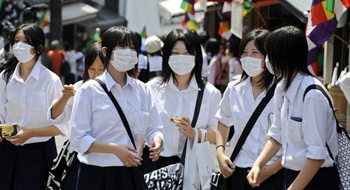 2. Các phương pháp vệ sinh cá nhân Người Nhật thường bị ám ảnh bởi vấn đề sạch sẽ. Các đồ dùng cá nhân như giấy ăn, khẩu trang y tế hay gel rửa tay là những thứ không thể thiếu. Hầu hết người Nhật đều đeo khẩu trang khi ra đường hay khi đi du lịch sang nước khác. Ảnh: sputniknews