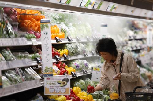 4. Hạn sử dụng và nhãn hiệu sản phẩm đồ ăn Bạn không nên ngạc nhiên nếu thấy một bà nội trợ đứng đọc hết nhãn sản phẩm khi đi siêu thị để mua món đồ còn hạn sử dụng lâu nhất. Nhiều người Nhật sẵn sàng vứt những đồ ăn đã mua nếu hạn sử dụng chỉ còn vài ngày. Ảnh: amazonaws