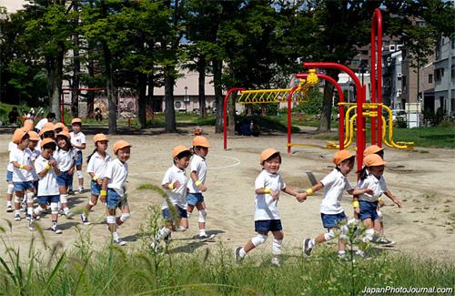 5. Trẻ con không được làm ôn khi chơi trong khu dân cư Đã có nhiều trường hợp những người cao tuổi luôn phàn nàn về tiếng ồn từ nhà trẻ, trường tiểu học hay sân chơi tập thể. Những người cao tuổi ở Nhật không thích sự ồn ào của trẻ con và đôi khi có những phản ứng thái quá. Ảnh: japanphotojournal