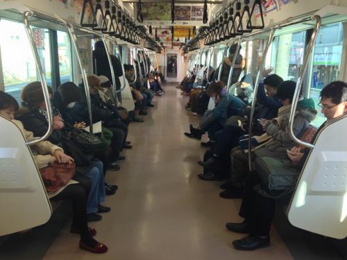 9. Tàu hỏa là nơi không được phép nói chuyện Du khách có thể thấy ấn tượng với sự lịch sự và tộn trọng cá nhân của người Nhật tại những khu vực công cộng, nhưng đây là một điều làm cho nhiều người Nhật thấy mệt mỏi khi họ luôn phải giữ yên lặng trên xe bus, tàu hỏa sau một ngày làm việc căng thẳng. Ảnh: mthai.com