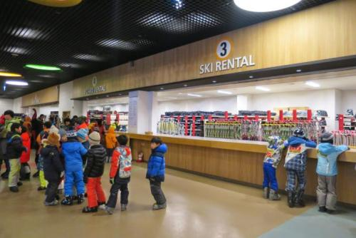Khu vực cho thuê đồ với đầy đủ trang thiết bị cho cả người lớn và trẻ nhỏ. Ảnh: lonelyplanet