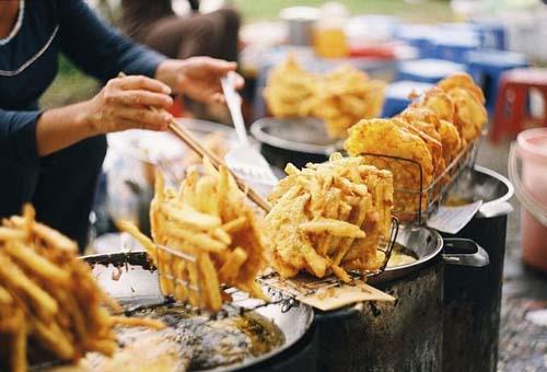 Bánh chuối Chỉ đơn giản là những chuối xắt lát mỏng thả vào trong lớp bột mì vàng sánh rồi rán trong chảo ngập dầu; bánh chuối có sức hấp dẫn đặc biệt với thực khách trong ngày mùa đông. Miếng bánh vàng ruộm, giòn bên ngoài, bên trong mềm, ngọt như chảy mật. Bạn có thể tìm những hàng bánh chuối ở hầu khắp các khu dân cư, đặc biệt là những cổng trường học. Giá một chiếc bánh cũng rẻ, chỉ khoảng 5.000 đồng. Ảnh: guu.vn