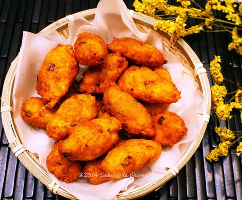 Bánh cay Bánh cay được làm từ củ sắn thái sợi, trộn lẫn các loại gia vị, rau răm và bột mì rồi cho lên chảo ngập dầu rán. Bánh có hình dáng nhỏ, cỡ đốt ngón tay cái; khi ăn có vị cay cay nên có cái tên như vậy. Một chiếc bánh cay có giá chỉ từ 500-1000 đồng tùy kích cỡ. Ảnh: 3.bp.blogspot