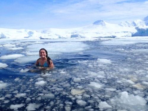 Laura phải tắm dưới hồ nước đóng băng. Ảnh: Laura Martin.