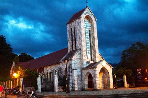 Nhà thờ đá Sapa: Nhà thờ Đá Sapa xây dựng từ năm 1895 được coi là một dấu ấn kiến trúc cổ toàn vẹn nhất của người Pháp còn sót lại. Nhà thờ đã được tôn tạo và bảo tồn, trở thành một hình ảnh không thể thiếu khi nhắc đến thị trấn Sapa mù sương. Ảnh: Marty Windle