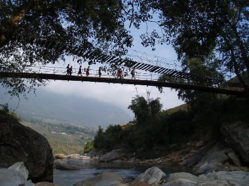 Cầu Mây: Sapa có cây cầu làm bằng mây vắt ngang qua dòng suối Mường Hoa thơ mộng. Từ đường lớn, muốn đến cầu Mây, bạn có thể đi theo con đường mới với nhiều dốc và cua. Cây cầu nổi tiếng làm bằng dây mây này là điểm đến được du khách rất yêu thích. Ảnh: Chickenmoutain1981