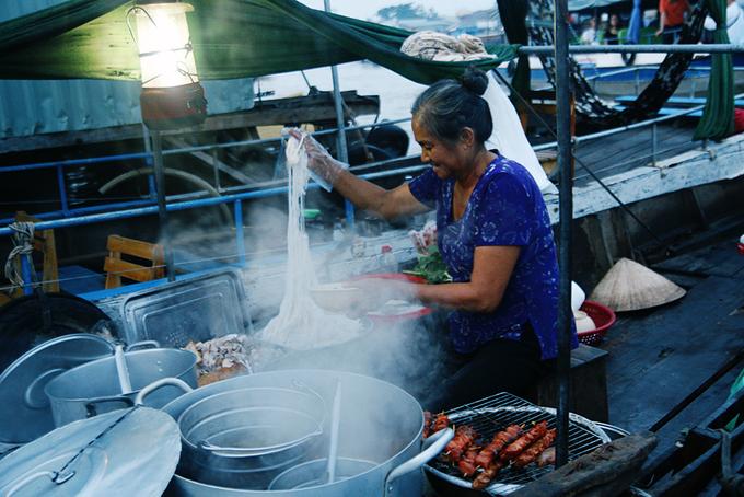 Bữa sáng dân dã trên chợ nổi Cái Răng