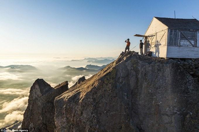 Du khách 'săn' mây trên đỉnh núi đá cao hơn 2.000 m