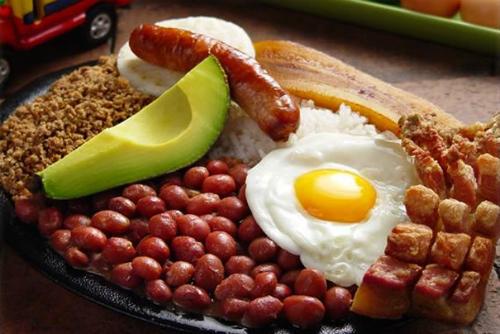 Những món ăn hấp dẫn. Colombia là quốc gia có một nền ẩm thực đa dạng. Tuy nhiên, đặc trưng trong mỗi bữa ăn phải kể đến súp đậu đỏ, cơm, arepas, empanadas, chuối, trứng, bơ và xúc xích, kèm món tráng miệng truyền thống như Arequipe (một dạng caramel), brevas (quả sung) hoặc obleas (bánh xốp). Ảnh: Colombia