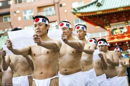 nguoi-nhat-dong-kho-tam-nuoc-lanh-mung-nam-moi
