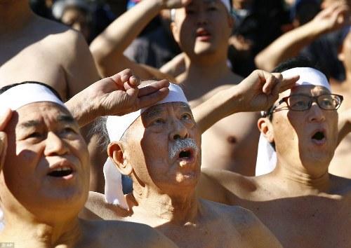 nguoi-nhat-dong-kho-tam-nuoc-lanh-mung-nam-moi-7