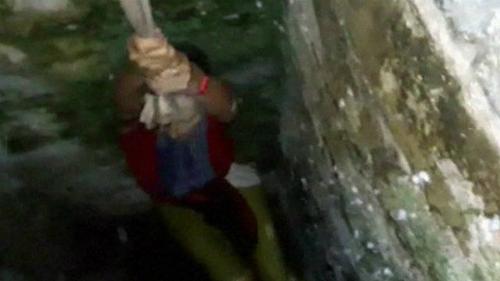 Khách được giải cứu sau khi té giếng vì mải chụp hình