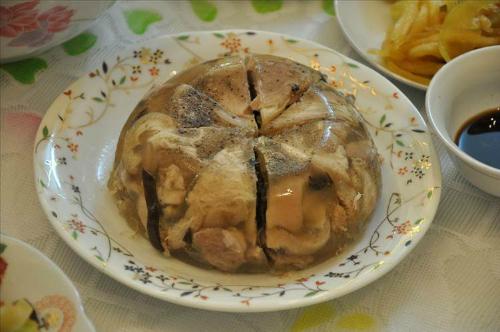 Thịt đông thường được ăn kèm với dưa góp, hành muối. Ảnh: megafun