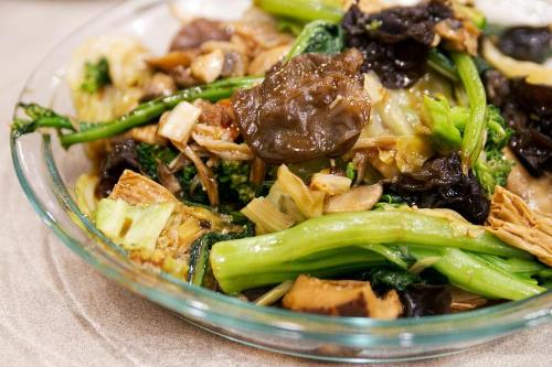 2. Luahan Zhai Luahan Zhai là món chay nổi tiếng với nguyên liệu là nhiều loại rau củ quả. Món ăn xuất phát từ bữa cơm của những vị sư tại Trung Quốc. Trong dịp năm mới, người Trung Quốc thưởng thức Luahan Zhai cho bữa ăn đầu tiên với hy vọng rằng các thành viên gia đình sẽ có chế độ ăn lành mạnh trong 5 ngày đầu của năm mới