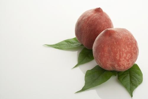 4. Đào Trong dịp Tết, đào là loại trái cây không thể thiếu trong bữa ăn của người Trung Quốc. Loại trái cây này tương trưng cho sự trường cho, sung túc đủ đầy và những may mắn được truyền qua nhiều thế hệ trong gia đình.