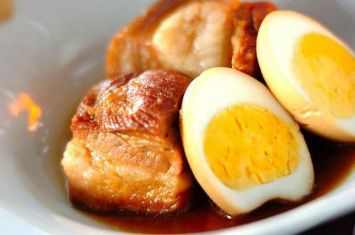 Không như ngoài miền Bắc kho thịt với trứng cút, người miền nam thường sử dụng hột vịt (trứng vịt) để kho thịt. Ảnh: mongingon