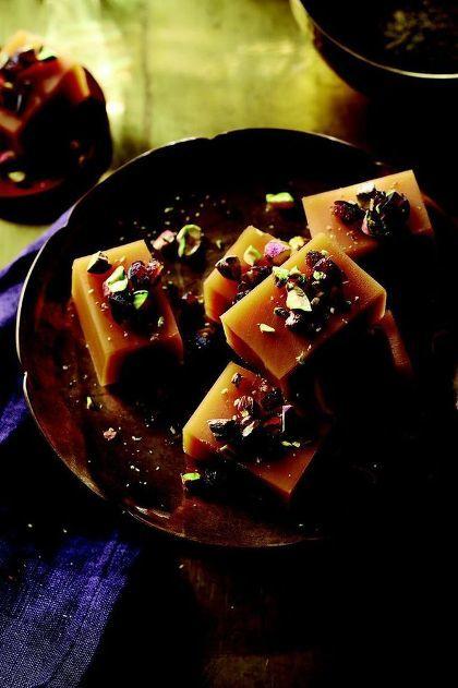 9. Nian Gao Thưởng thức Nian Gao-món bánh gạo nếp trong dịp năm mới là một truyền thống tại Trung Quốc với ý nghĩa cầu mong cho một năm mới sung túc an khang. Tùy theo mỗi vùng lại có cách chế biến khác nhau. Nian Gao có thể chế biến thành món mặn cho bữa chính hoặc món tráng miệng với nhân ngọt như caramel, thạch trái cây&