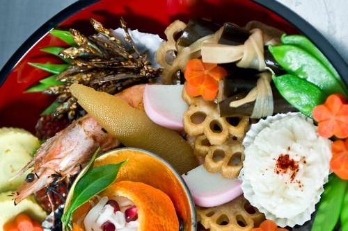 Một phần Osechi Ryori bao gồm những nguyên liệu và cách chế biến cầu kì, phức tạp, đòi hỏi người đầu bếp phải có kinh nghiệm với ẩm thực truyền thống Nhật Bản. Ảnh: norecipes