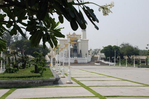 Cầu Phra Phuttha Yodfa và tượng vua Rama I địa điểm phượt hấp dẫn nằm dọc sông ở Bangkok