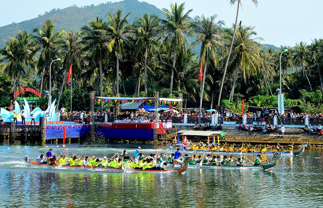 Sông Tam Giang dậy sóng với hội đua thuyền, lắc thúng
