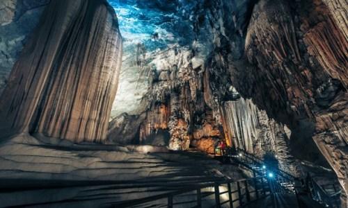 5. Hang Phong Nha, Việt Nam: di sản nổi tiếng nhiều hóa thạch Sự lộng lẫy của hang Phong Nha bắt đầu từ nét đẹp của các loại thạch đá, nhũ đá, nét đặc trưng độc nhất của địa hình đá vôi karst phức tạp. Dần dần, địa đình này hình thành nên các dòng sông ngầm và sự hình thành của cả một mê cung hang động. Không có gì ngạc nhiên khi nơi này được công nhận là di sản thế giới của UNESCO. Phong Nha còn sở hữu nhiều hóa thạch và vô số hang động vẫn còn đang chờ được khám phá. Để vào hệ thống 9 hang dài 44.5km này, du khách sẽ phải đi qua một con sông ngầm nối với sông Son. Tuy nhiên, ở 1.5 quãng đường ban đầu, du khách có thể thuê thuyền chèo vào hang. Động Phong Nha nằm ở trung tâm tỉnh Quảng Bình - miền Bắc Trung Bộ Việt Nam, cách Hà Nội 500km về phía Nam. Có rất nhiều hoạt động leo núi, chèo thuyền kayak để phục vụ du khách tại đây. Vào các tháng Ba, Tư, Năm, du khách còn được chiêm ngưỡng những cánh bướm bay lượn vô cùng đẹp mắt.