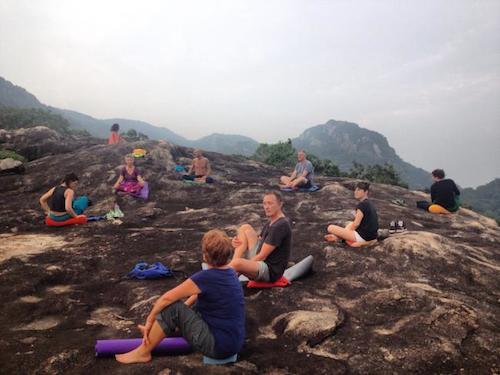 yoga-trong-khu-rung-day-thu-du-o-sri-lanka-2