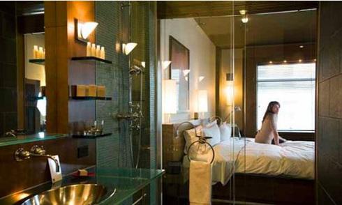 Lý do phòng tắm khách sạn có tường kính trong suốt