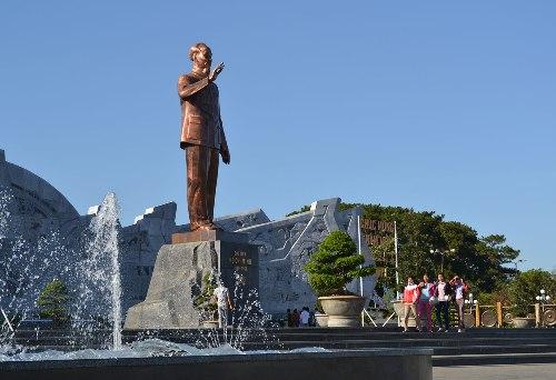 Bức tượng Bác Hồ được đặt giữa quảng trường Đại Đoàn Kết. Ảnh: baogialai