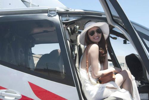 Khánh My trên trực thăng tham quan Las Vegas.
