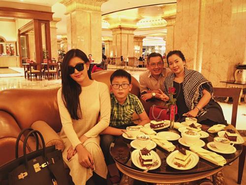 Gia đình Huyền My thưởng thức bánh và cà phê phủ vàng ở Dubai.