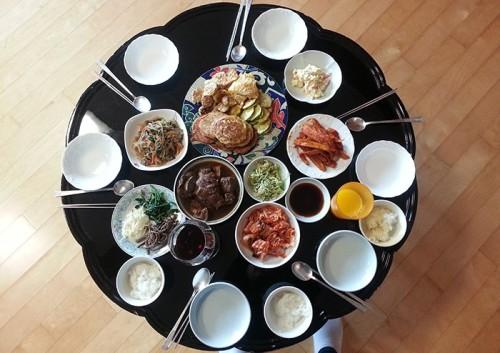 Bàn ăn của người Hàn Quốc luôn có đôi đũa đặt bên phải, chiếc thìa to đặt bên trái. Ảnh: Festival.si.edu